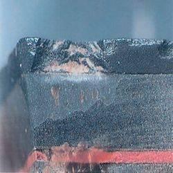 Vista ampliada de los precortadores de una broca rotos