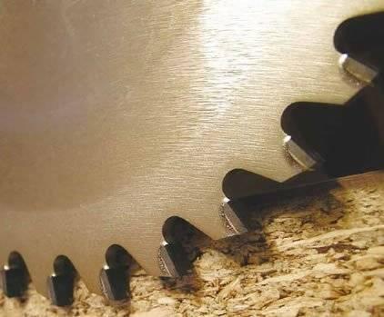 Sierra circular con placas de diamante policristalino para realizar cortes de buen acabado sobre tableros recubiertos de melamina,formica o tablero fenolico,cubierto o sin recubrir,para trabajar en maquinas seccionadoras