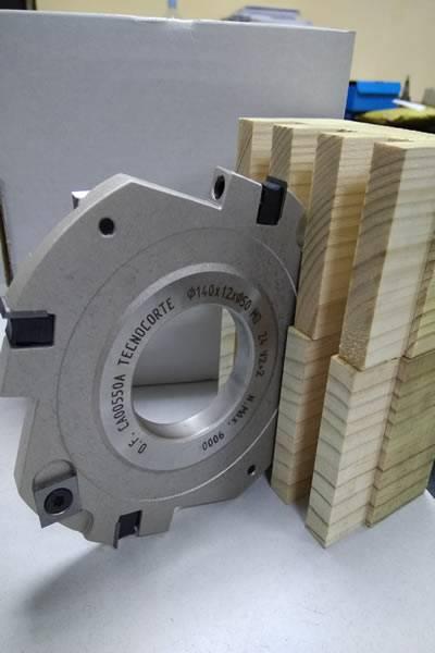 La herramienta esta diseñada de forma cerrada para evitar el astillado a favor y a traves de la fibra