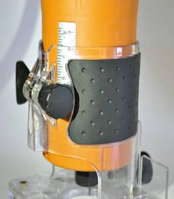 Fresadora Escala impresa en aluminio para un ajuste preciso de la profundidad de fresado.